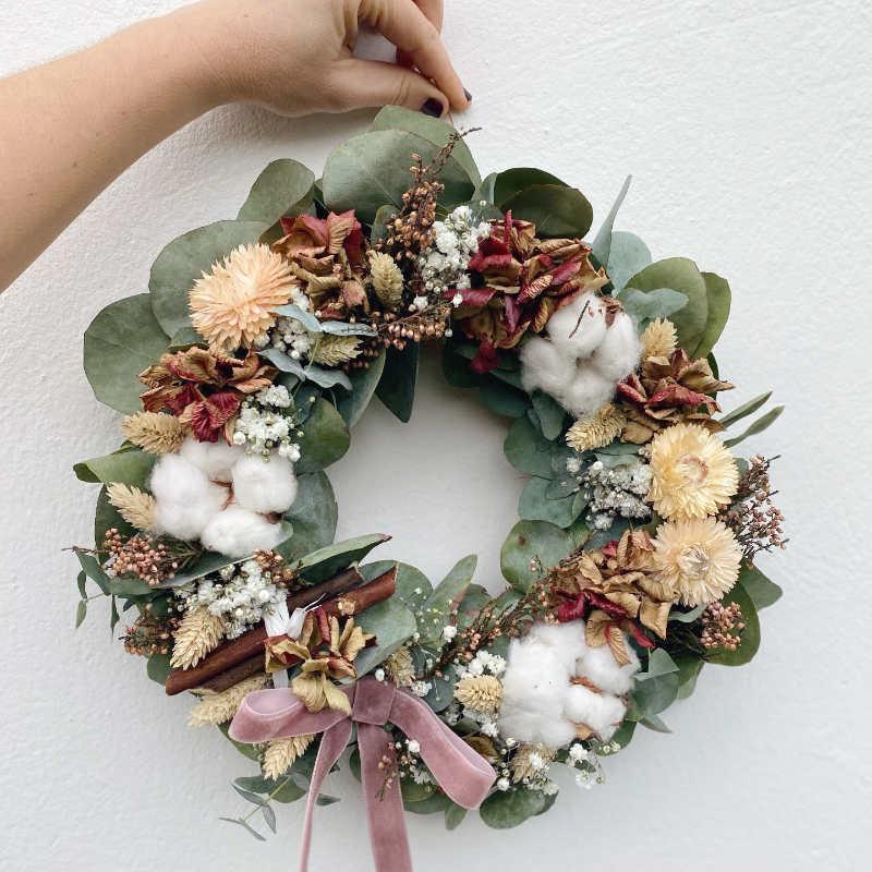 Corona decorativa de eucalipto y hortensias